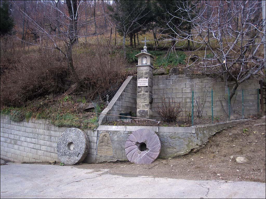 Fontanellie - Pilastrino con macine mulino
