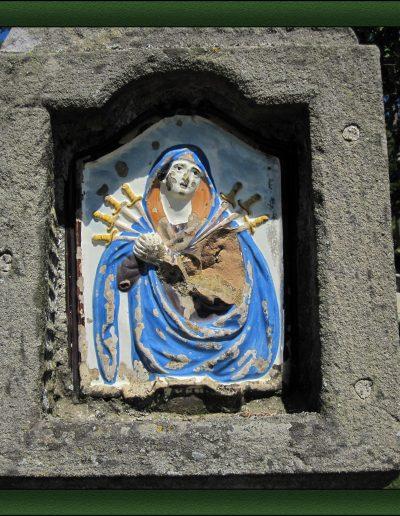 Pilastrino nella piazzetta del Borgo La Martina - foto di Gianni Gitti per Oltr'Alpe 2012