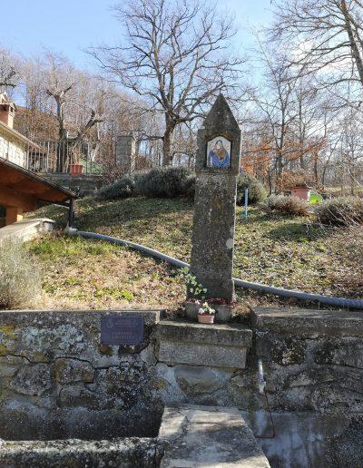 Pilastrino nella piazzetta del Borgo La Martina a fianco della fontana - ©LilyMedici