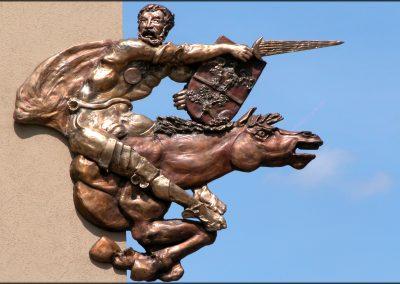 La scultura rappresentante Armaciotto realizzata da Luigi Enzo Mattei, posta sull'edificio del Comune di Monghidoro, particolare - foto Gianni Gitti (2008)
