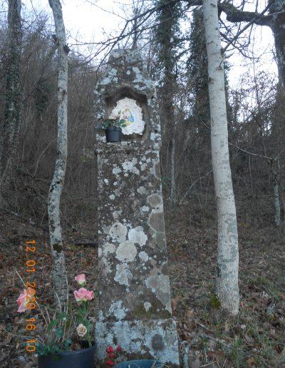 Pilastrino monolita vicino alla fontana di Cà del Zecca - foto di Carla Garavaglia