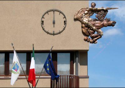 La scultura rappresentante Armaciotto realizzata da Luigi Enzo Mattei, posta sull'edificio del Comune di Monghidoro - foto Gianni Gitti (2008)