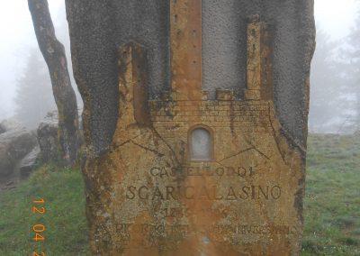 Monghidoro, Parco del Castellaccio - Due grossi massi di arenaria ed una stele ricordano l'antico Castello di Scaricalasino